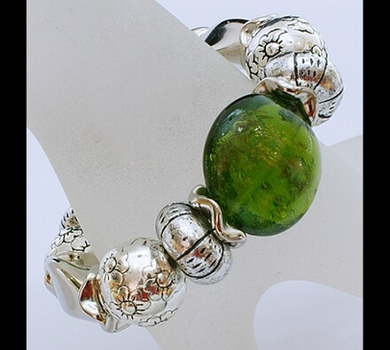 Elastický dámský náramek se zelenými korálky