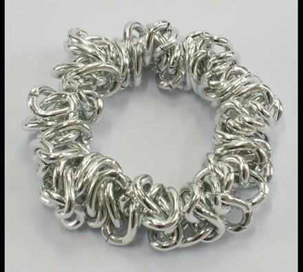 Dámský náramek ze stříbrných kovových dílků