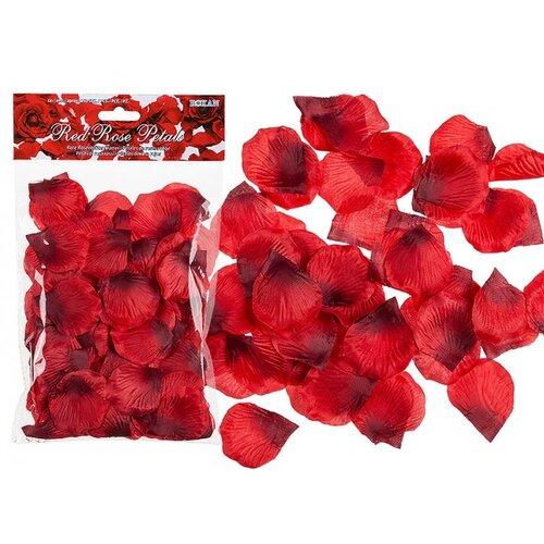 Romantické okvětní lístky růže červené