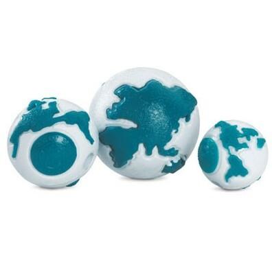 Žvýkací zeměkoule s otvorem pro pamlsky REBEL DOG, bílá + modrá, pr. 5,5 cm