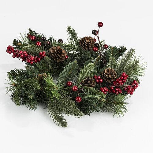 Karácsonyi koszorú tobozokkal és magyallal